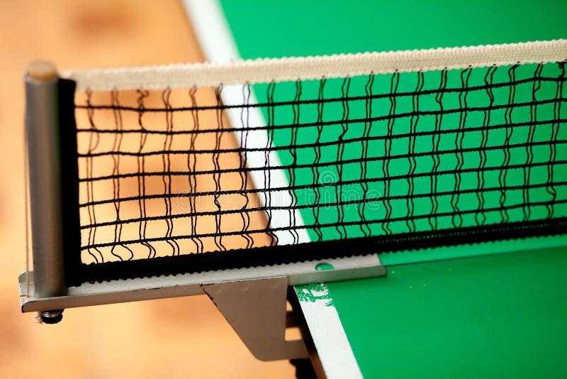 Ciérrese encima de la red y de la línea - tabla verde del ping-pong fotos de archivo