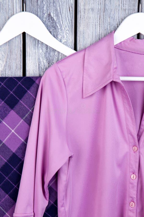 Ciérrese encima de la ropa de seda púrpura en suspensiones foto de archivo