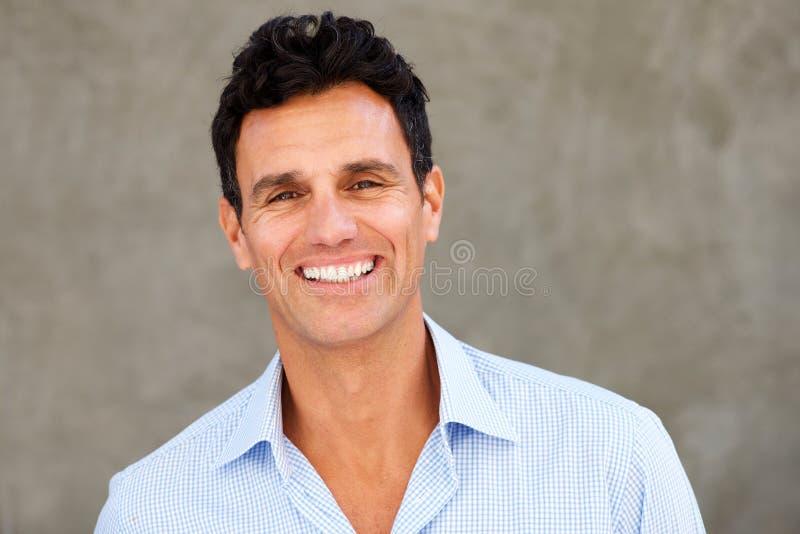 Ciérrese encima de la sonrisa casual hermosa del hombre de negocios imagen de archivo