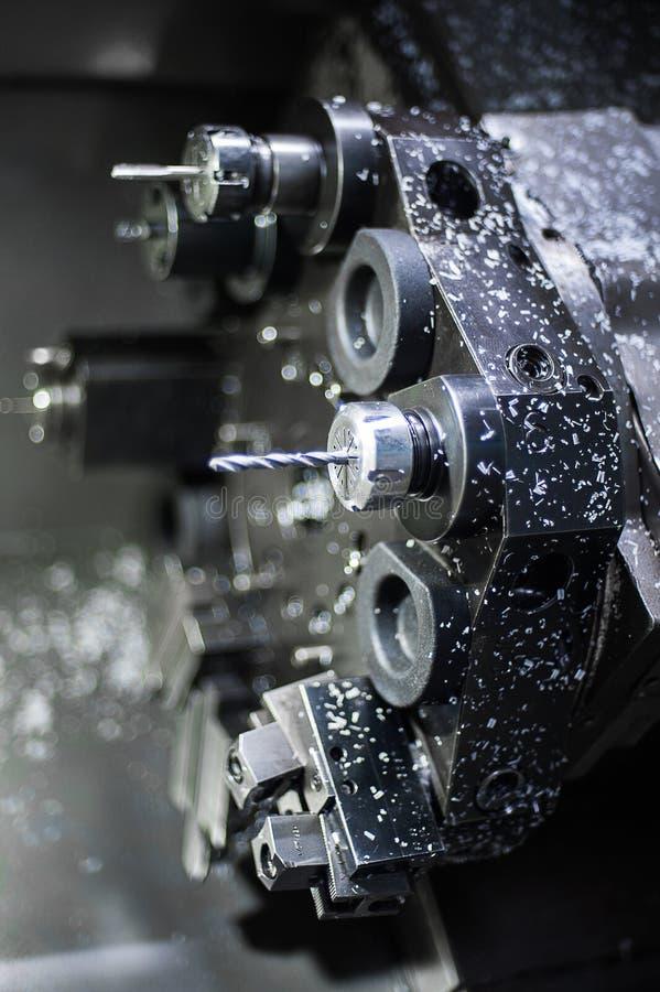 Ciérrese encima de la tirada del eje y de la pieza del producto fijadas en torno industrial del torno del CNC de la alta precisió fotos de archivo libres de regalías