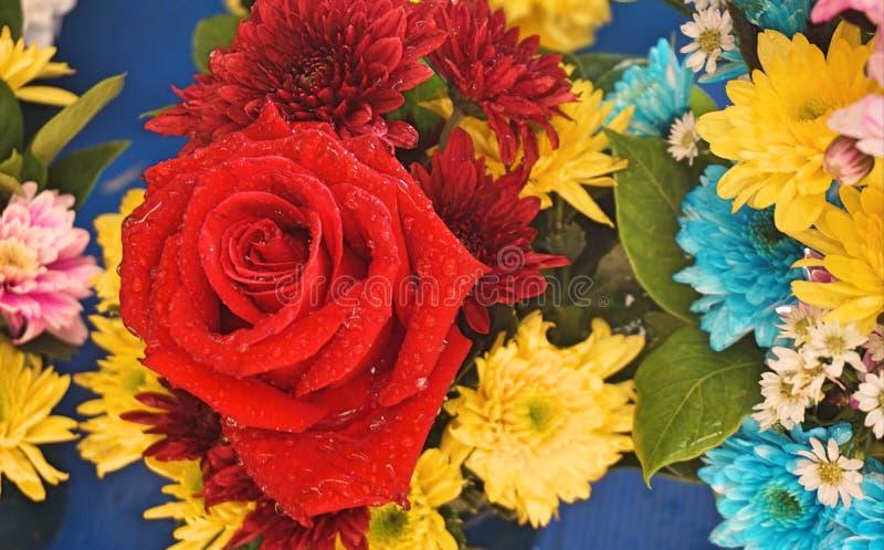 Ciérrese encima de la venta del ramo de la flor fresca para el día de San Valentín en el mercado fresco Variedad de fondo colorid fotos de archivo libres de regalías