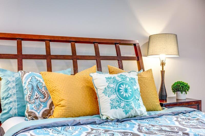 Ciérrese encima de la vista de almohadas coloridas agradables imágenes de archivo libres de regalías