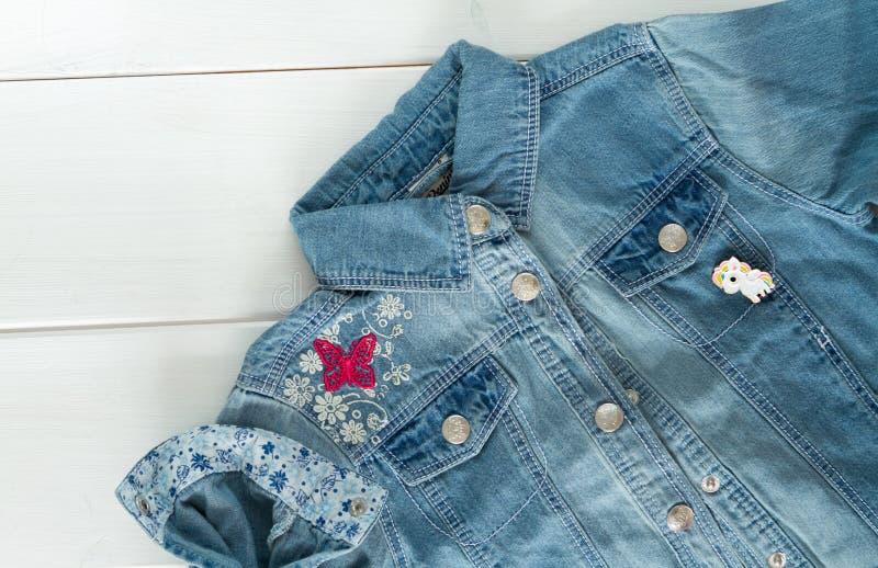 Ciérrese encima de la vista de la chaqueta de los vaqueros del dril de algodón con los pernos gráficos frescos imágenes de archivo libres de regalías