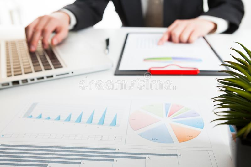 Ciérrese encima de la vista de la contable o de las manos financieras del inspector que hacen informe, calculando o comprobando l imagenes de archivo