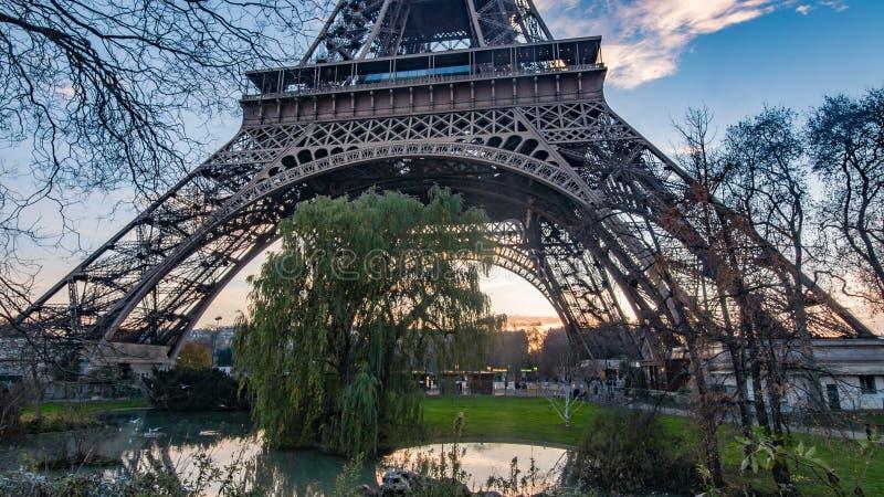 Ciérrese encima de la vista de la torre Eiffel en París en la puesta del sol foto de archivo libre de regalías