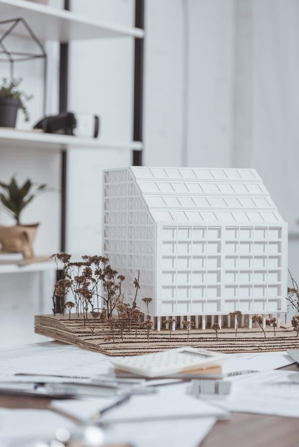 ciérrese encima de la vista del modelo del edificio en el lugar de trabajo fotos de archivo