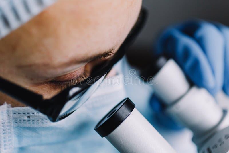 Ciérrese encima de la vista del ojo del científico foto de archivo