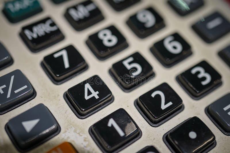 Ciérrese encima de la vista macra del telclado numérico de la calculadora como concepto financiero foto de archivo