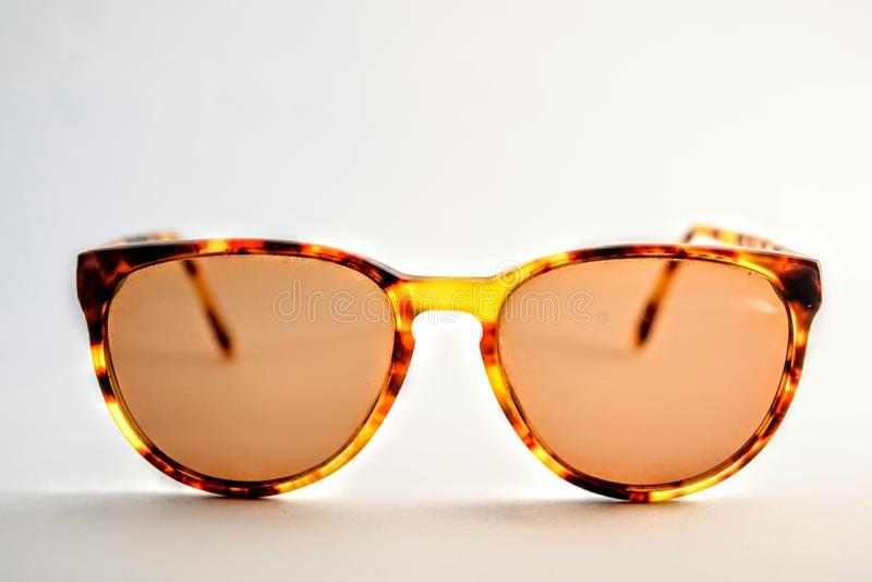 Ciérrese encima de las gafas de sol del vintage en el fondo blanco fotografía de archivo