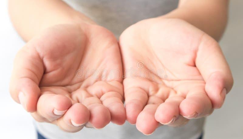 Ciérrese encima de las manos ahuecadas extendidas del focu selectivo de la mujer joven fotos de archivo libres de regalías