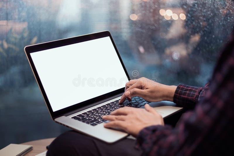 Ciérrese encima de las manos masculinas usando o mecanografiando el ordenador portátil del ordenador fotografía de archivo libre de regalías