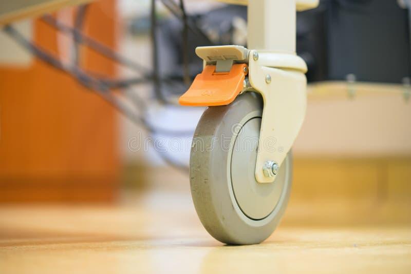 Ciérrese encima de las ruedas concepto e ideas de la cama de hospital para la atención sanitaria y el fondo médico fotos de archivo libres de regalías