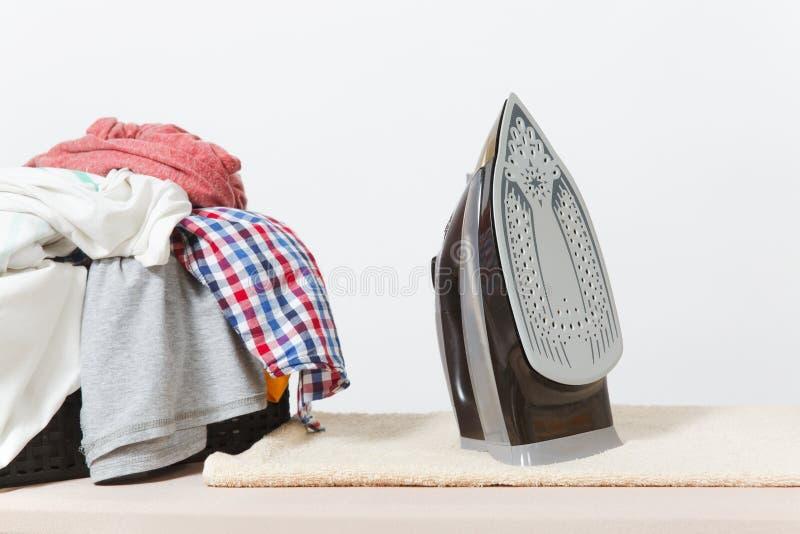 Ciérrese encima de lavadero lavado ropa colorida del hierro de vapor en el fondo blanco housekeeping Copie el anuncio del espacio imagen de archivo libre de regalías