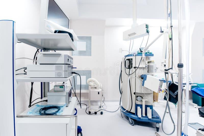 Ciérrese encima de los detalles del interior de la sala de operaciones del hospital Aparatos médicos y monitores del conectado a  imagen de archivo