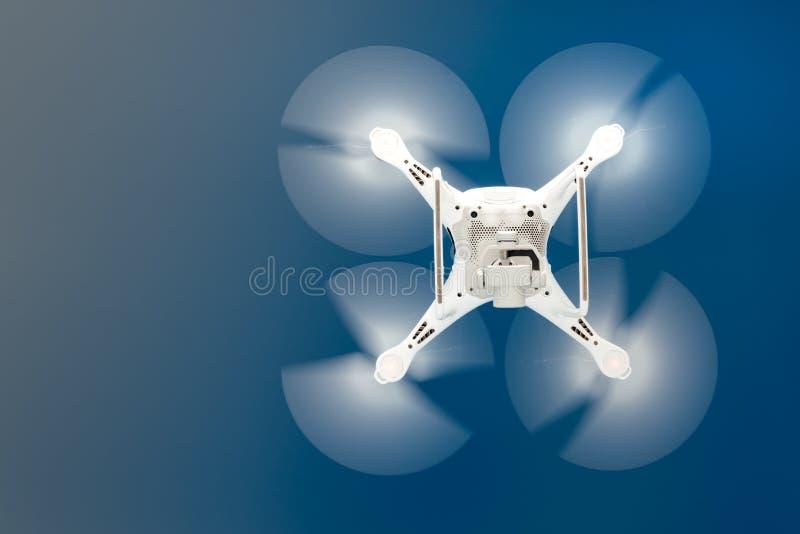 Ciérrese encima de los detalles del vuelo del helicóptero del abejón del uav en cielo azul claro foto de archivo libre de regalías