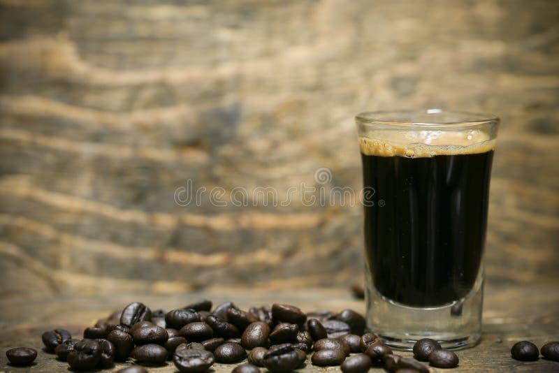 Ciérrese encima de los granos de café frescos y aislado en el fondo blanco, el material fresco del mercado, la bebida sana y la b fotos de archivo
