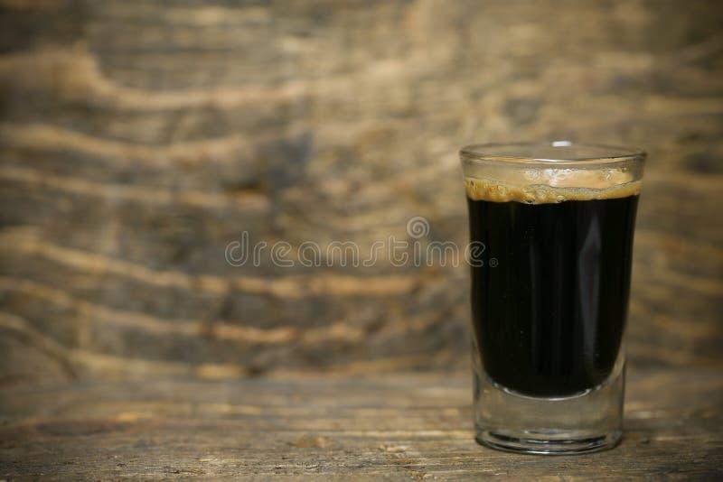 Ciérrese encima de los granos de café frescos y aislado en el fondo blanco, el material fresco del mercado, la bebida sana y la b imagenes de archivo