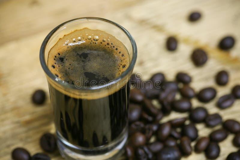 Ciérrese encima de los granos de café frescos y aislado en el fondo blanco, el material fresco del mercado, la bebida sana y la b foto de archivo libre de regalías