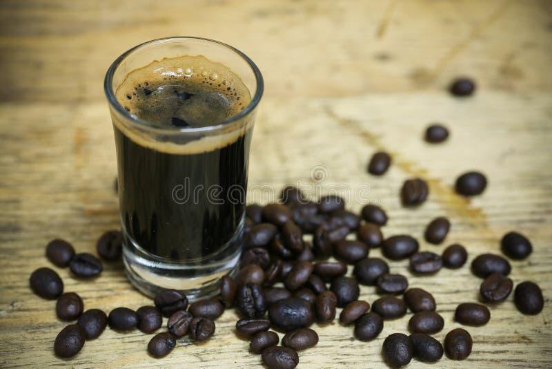 Ciérrese encima de los granos de café frescos y aislado en el fondo blanco, el material fresco del mercado, la bebida sana y la b imagen de archivo libre de regalías