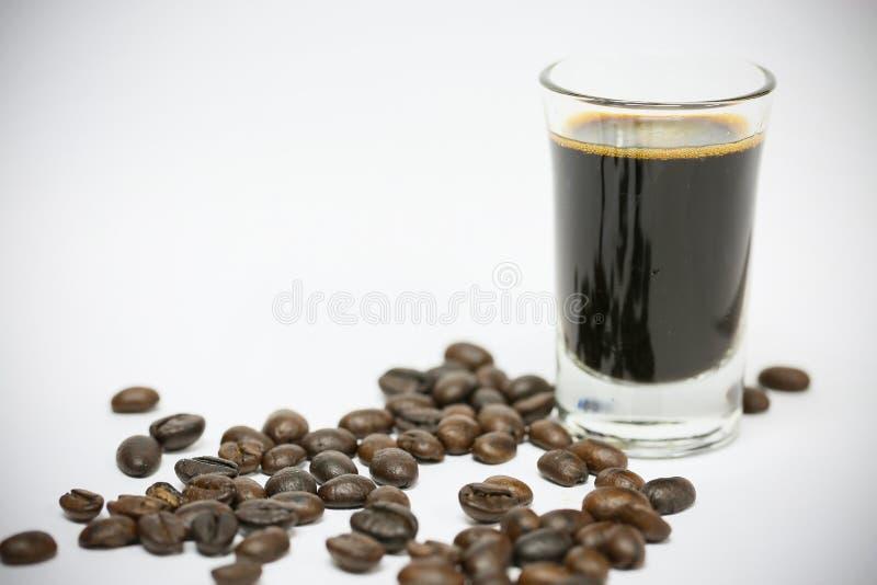 Ciérrese encima de los granos de café frescos y aislado en el fondo blanco, el material fresco del mercado, la bebida sana y la b fotografía de archivo libre de regalías