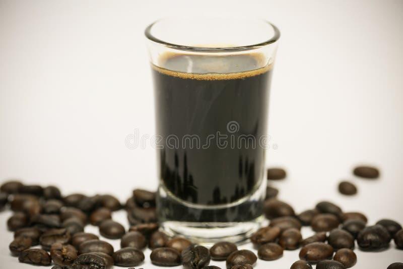 Ciérrese encima de los granos de café frescos y aislado en el fondo blanco, el material fresco del mercado, la bebida sana y la b foto de archivo