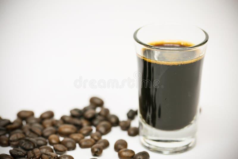 Ciérrese encima de los granos de café frescos y aislado en el fondo blanco, el material fresco del mercado, la bebida sana y la b fotografía de archivo