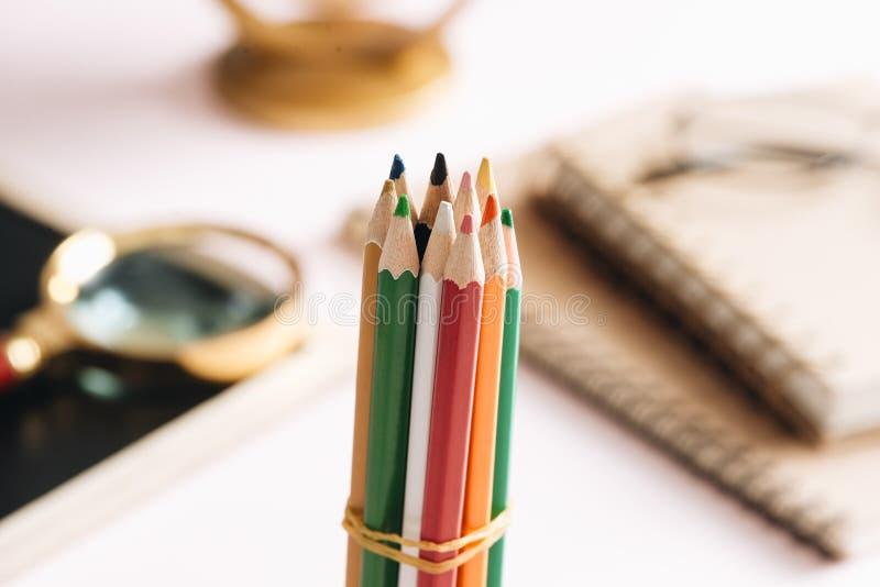 Ciérrese encima de los lápices del color aislados en la tabla de trabajo imagen de archivo libre de regalías