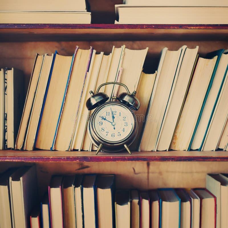 Ciérrese encima de los libros antiguos de la caja de madera de los estantes fotografía de archivo libre de regalías