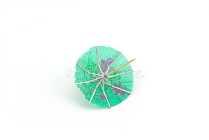 Ciérrese encima de los paraguas azules del cóctel en el fondo blanco imagen de archivo libre de regalías
