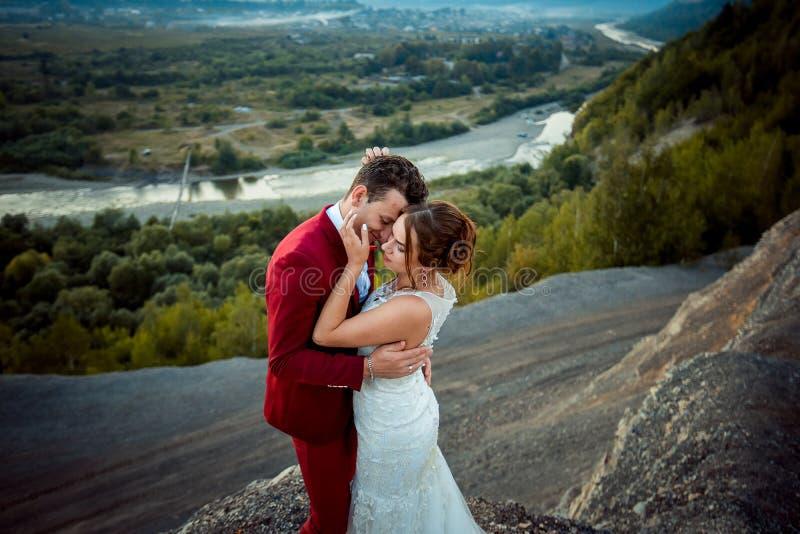 Ciérrese encima de los pares hermosos felices del recién casado del retrato romántico sensible que abrazan blando el bosque del r imagen de archivo
