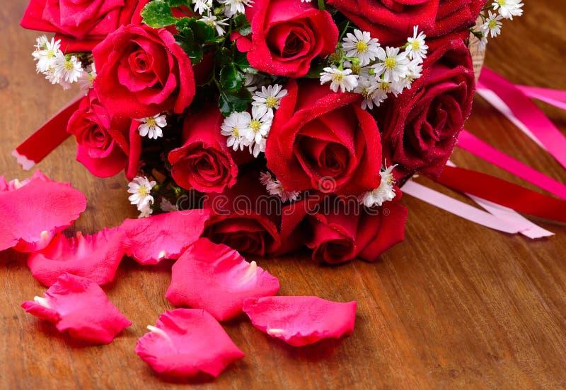 Ciérrese encima de macro de una rosa roja en fondo de madera fotografía de archivo libre de regalías