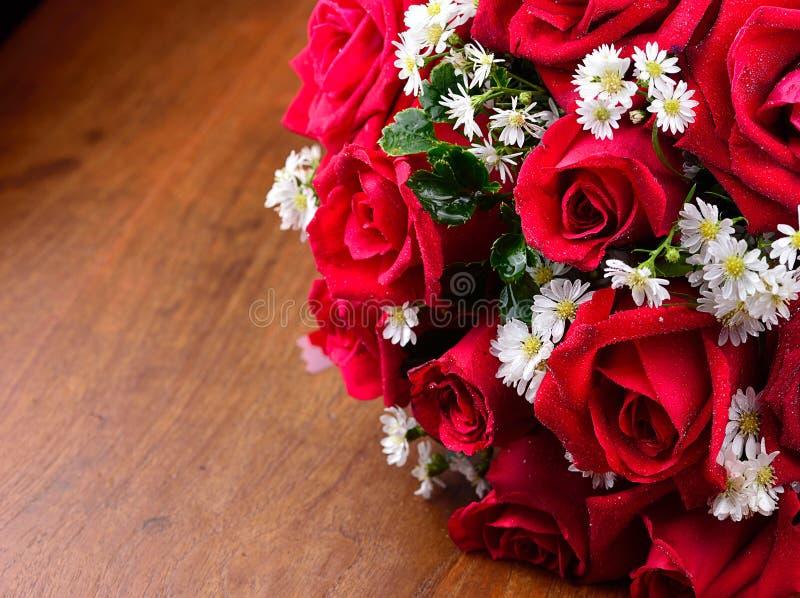 Ciérrese encima de macro de una rosa roja en fondo de madera fotos de archivo libres de regalías