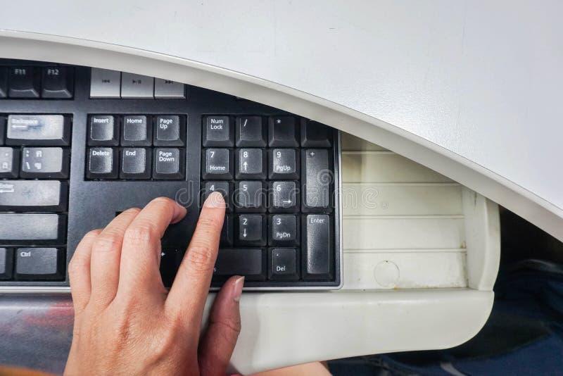 Ciérrese encima de mano izquierda de la gente en el teclado de ordenador fotografía de archivo libre de regalías