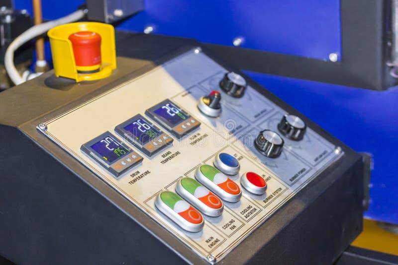 Ciérrese encima de moderno de la caja del panel de control y mucho interruptor para la máquina industrial de la comida imagen de archivo libre de regalías