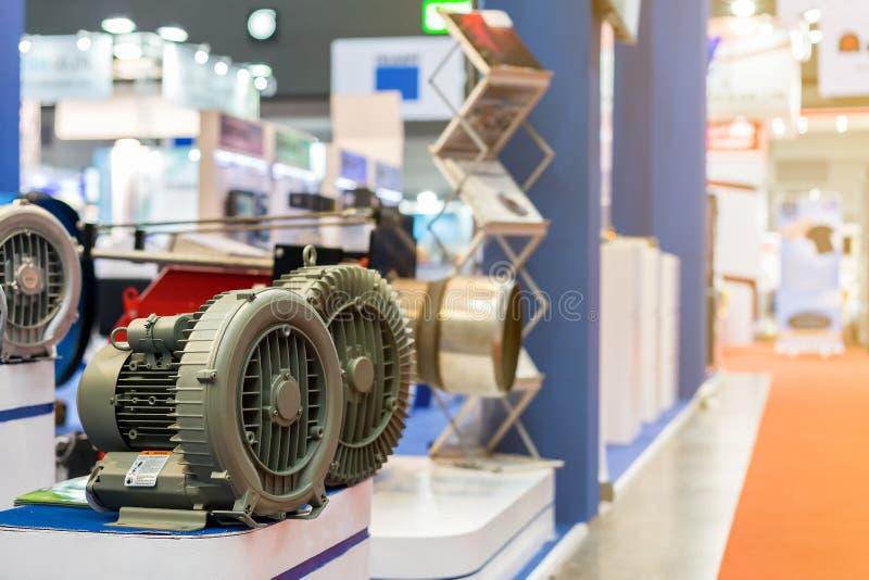 Ciérrese encima de moderno y de alta tecnología del ventilador centrífugo industrial del vórtice o de la presión con el motor en  foto de archivo