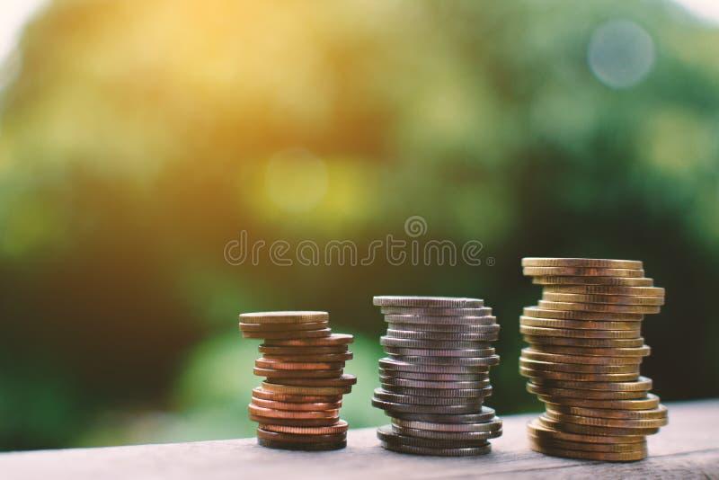 Ciérrese encima de moneda en la madera fotos de archivo