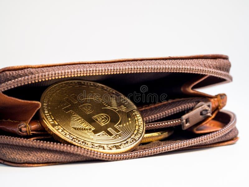 Ciérrese encima de monedas de oro del bitcoin con la cartera en el fondo blanco Concepto virtual del cryptocurrency fotos de archivo libres de regalías