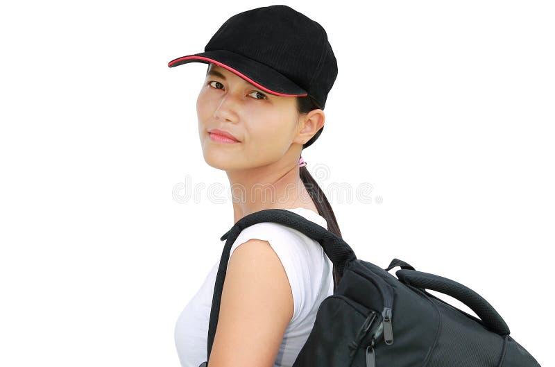 Ciérrese encima de muchacha asiática con el bolso que va en un viaje en el fondo blanco fotografía de archivo libre de regalías
