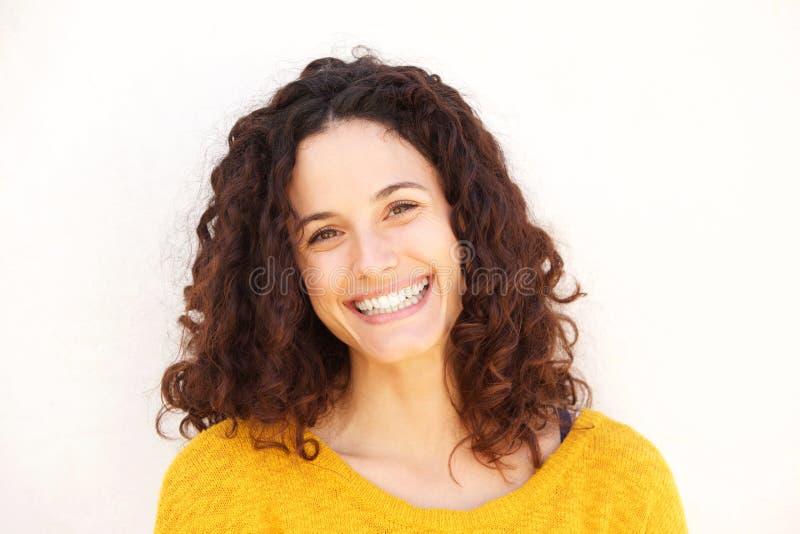 Ciérrese encima de mujer joven atractiva contra la sonrisa blanca del fondo fotos de archivo