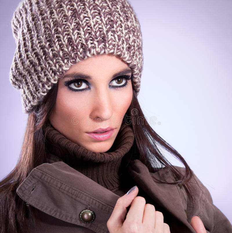 Ciérrese encima de mujer joven hermosa con el casquillo marrón foto de archivo libre de regalías