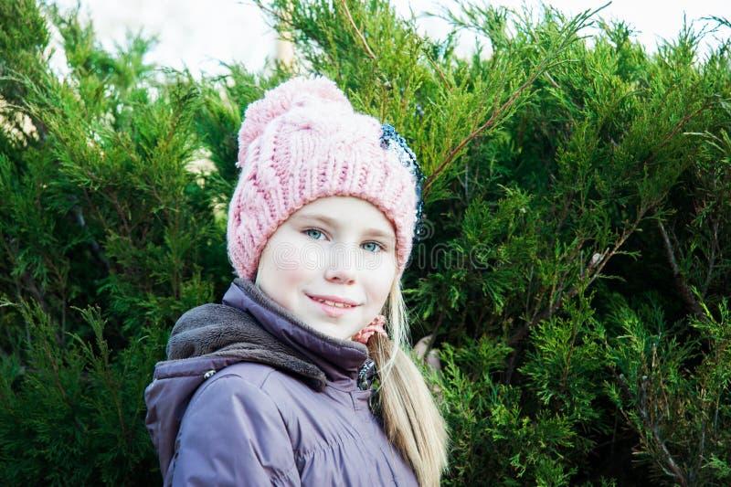 Ciérrese encima de niña del retrato en invierno cerca de picea fotos de archivo libres de regalías