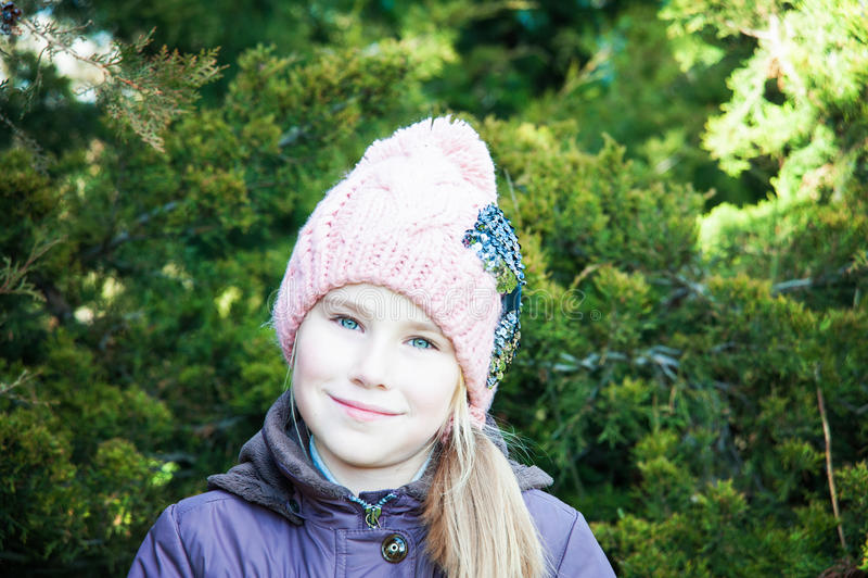 Ciérrese encima de niña del retrato en invierno con la picea imágenes de archivo libres de regalías