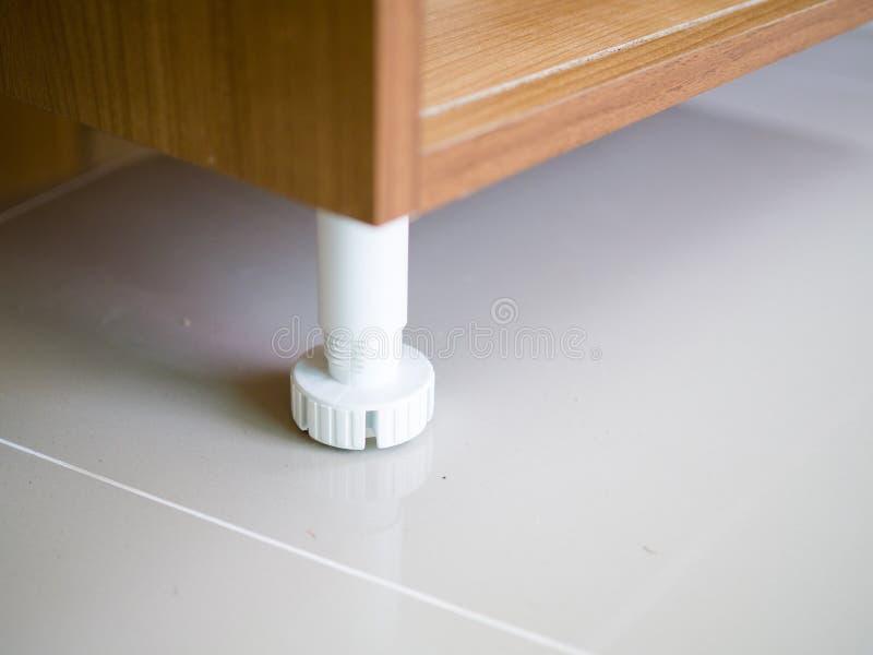 Ciérrese encima de nivelador plástico ajustable de la cocina de la pierna del gabinete imágenes de archivo libres de regalías