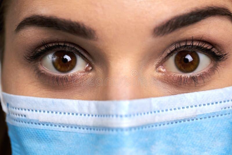 Ciérrese encima de ojos extensamente abiertos del doctor imágenes de archivo libres de regalías