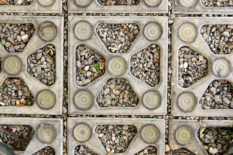 Ciérrese encima de piedra del fondo de la textura las piedras ornamentales se alinearon en la tierra en el parque fotos de archivo
