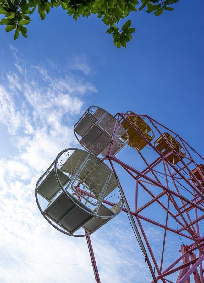 Ciérrese encima de pieza de la noria en colores pastel en el cielo azul fotografía de archivo