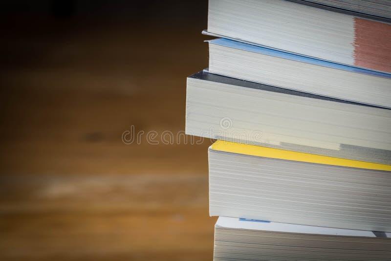 Ciérrese encima de pila de libro en la tabla de madera, foco selectivo fotografía de archivo libre de regalías