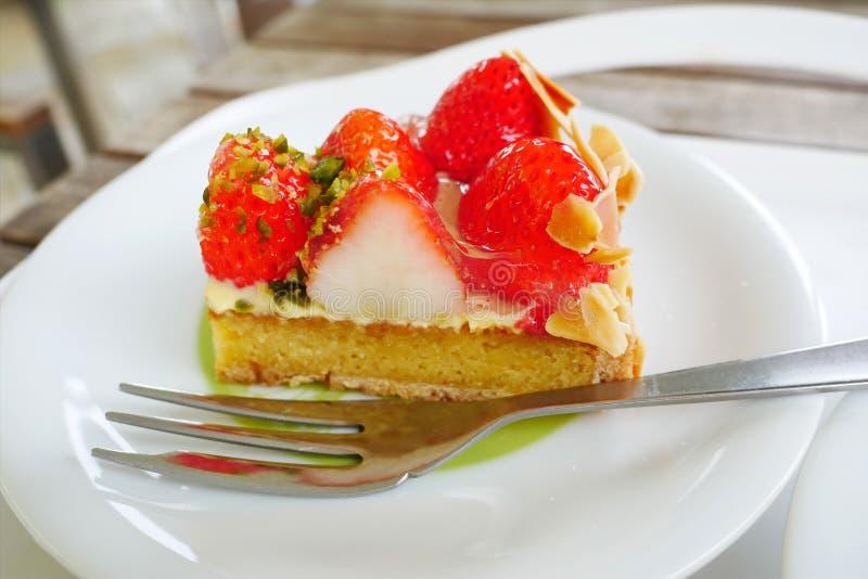 Ciérrese encima de tarta japonesa de la fresa en el fondo blanco de la placa imagenes de archivo