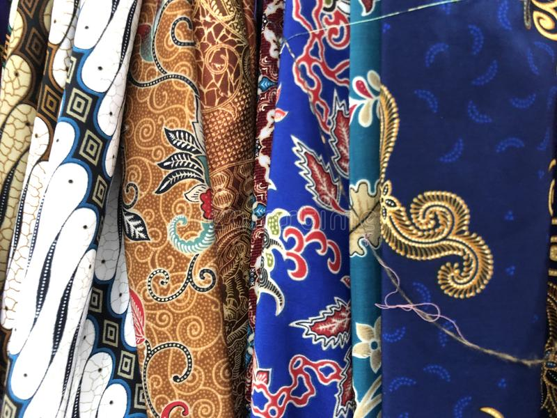 Ciérrese encima de tela colorida y hermosa del batik Batik Javanese Batik indonesio imagen de archivo