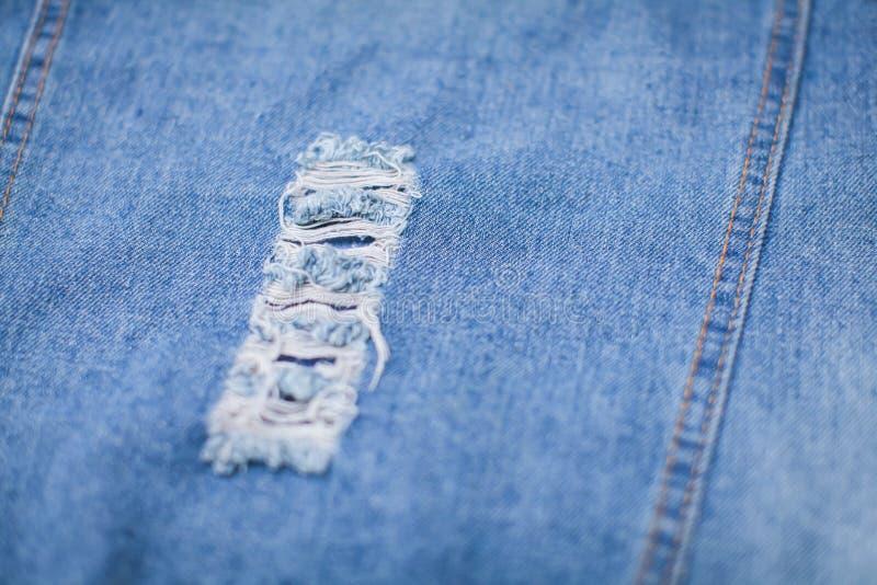 Ciérrese encima de textura de los tejanos del dril de algodón Fondo azul abstracto con la profundidad baja del campo fotos de archivo
